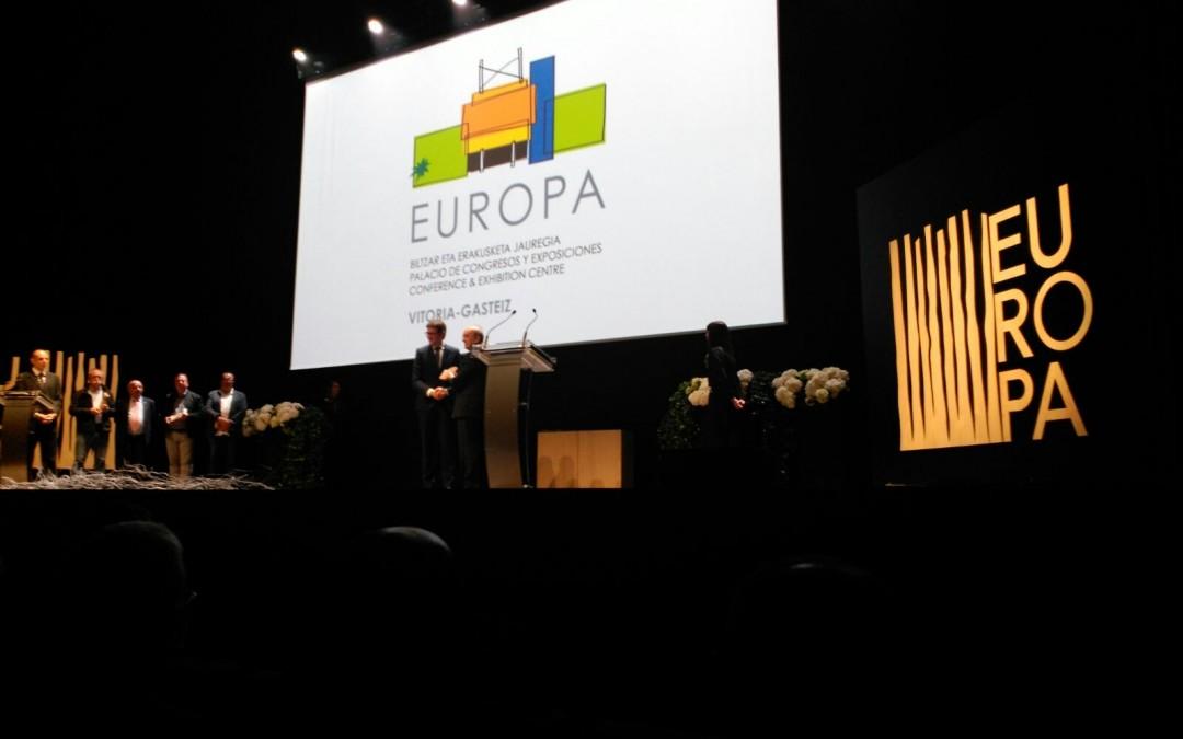 Eduardo Anitua recibe el reconocimiento a la actividad congresual de BTI en la inauguración del Palacio Europa