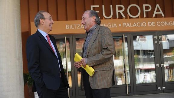 Eduardo Anitua entrevistado junto a Jesús Montaña en El Correo