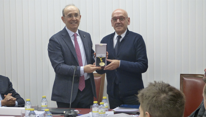 La Cámara de Álava entrega a Eduardo Anitua la medalla al Embajador de Álava